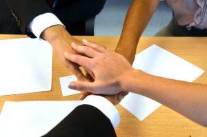 ③男女の握手